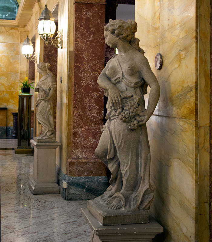 Congress-Plaza-Hotel-Chicago-statues