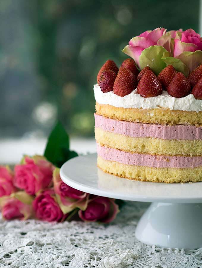 Strawberry Cheesecake Sponge Cake | www.bellyrumbles.com