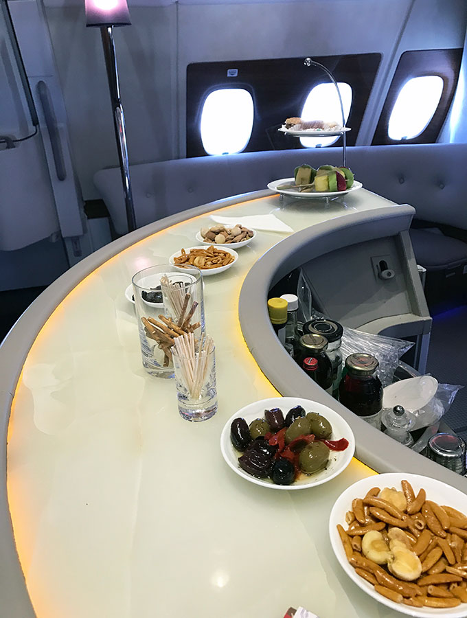 Emirates A380 inflight bar and lounge, a review at 44.000 feet