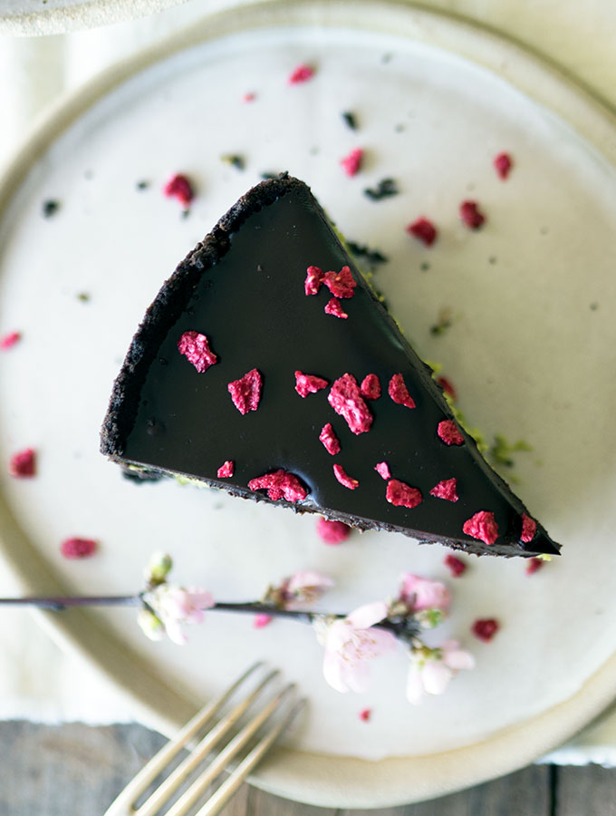 This is the best matcha white chocolate cheesecake recipe that you will come across. Smooth and creamy baked perfection with an Oreo base. All topped with decadent dark chocolate ganache.