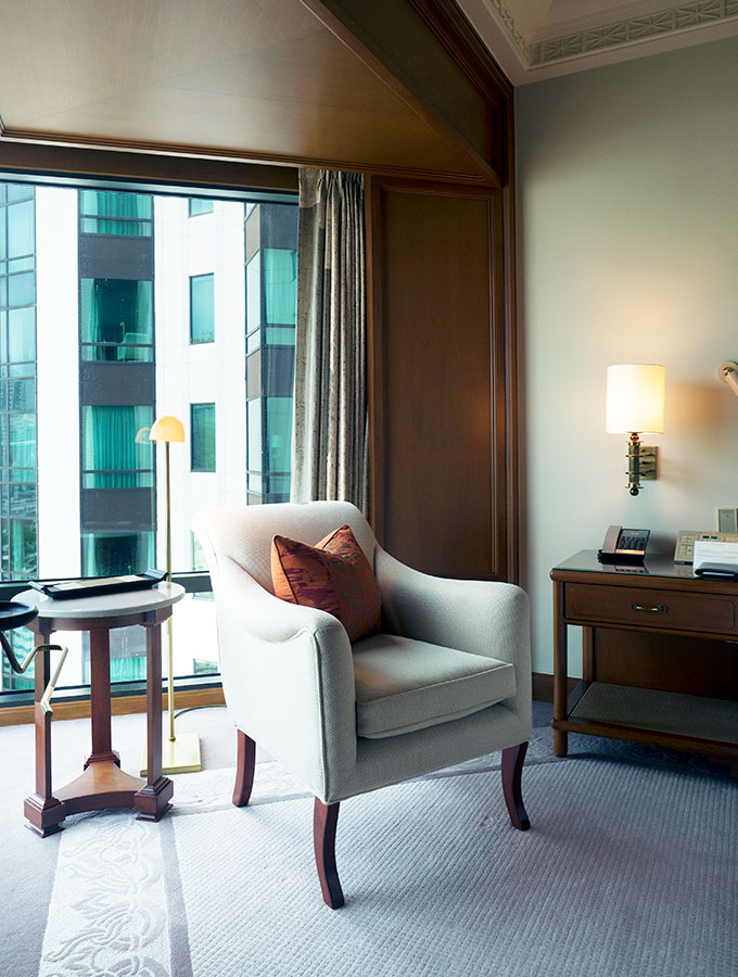 Bedroom Chair Suite Peninsula Hotell, The Peninsula Hotel Bangkok is a tranquil escape situated on the Chao Phraya River