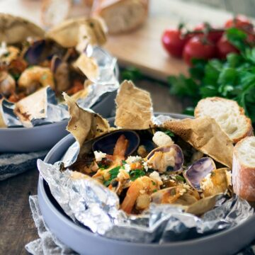 En papillote is the french method of baking ingredients in a parcel. These Baked Prawn and Pipi Parcels are not only easy to make but delicious too.