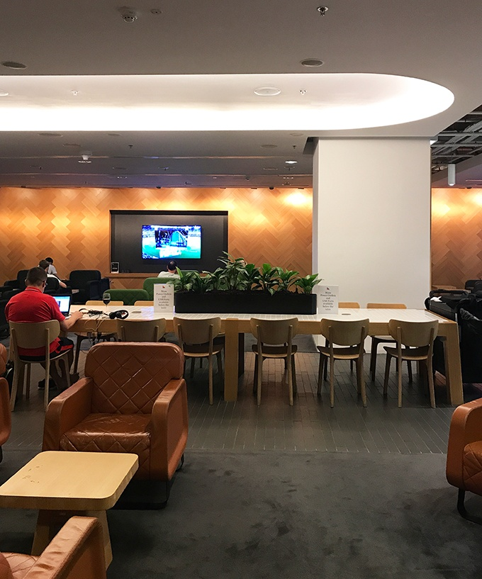 What is it like in the Qantas lounge in Singapore and how do I get in?