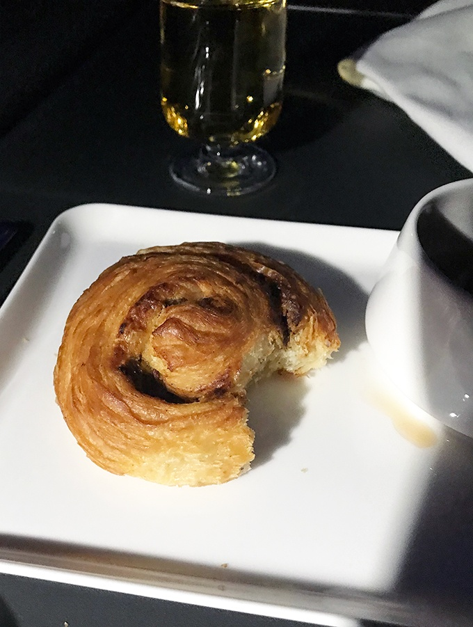 the best Qantas business class seats Sydney to Tokyo - brekfast