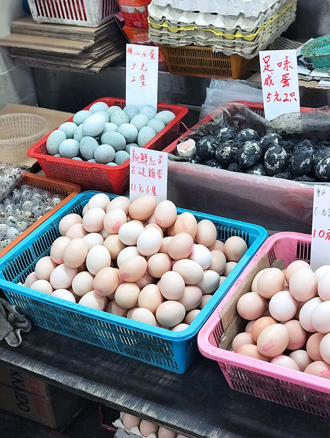 various types of eggs at the red market macao