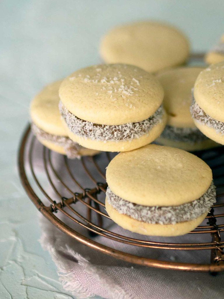 alfajores de maicena cookies on a rack