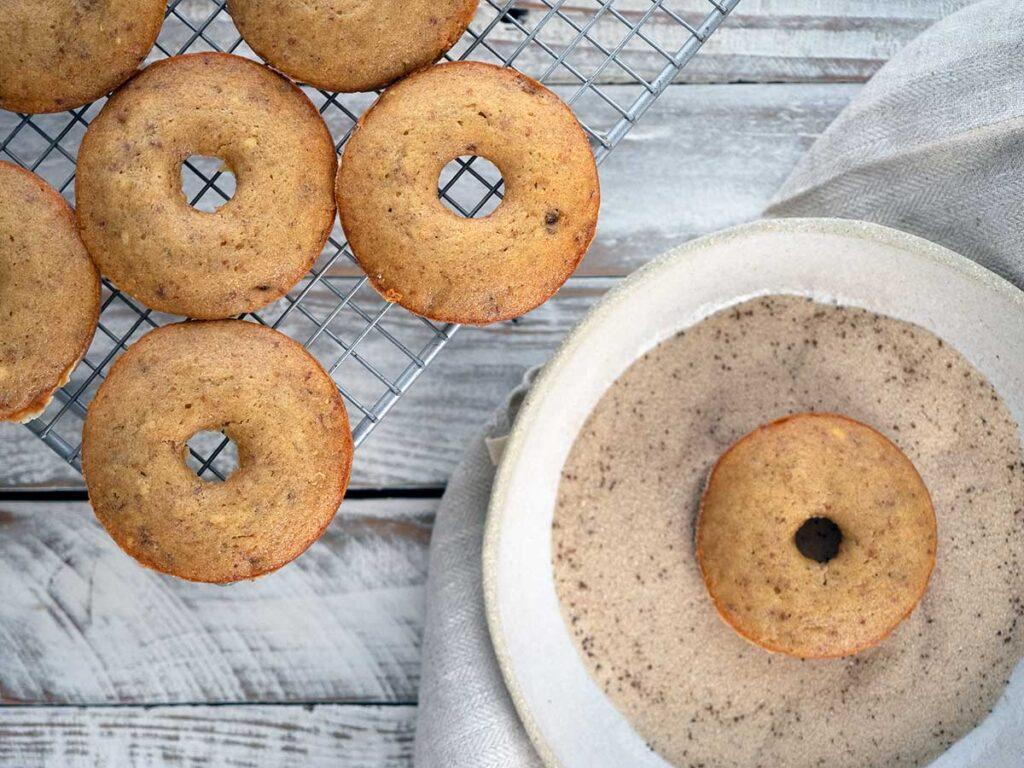 covering date donuts in vanilla cinnamon sugar